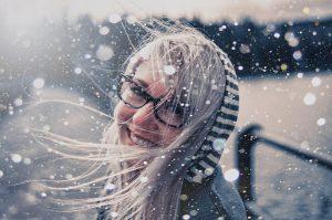 девушка в очках под снегом