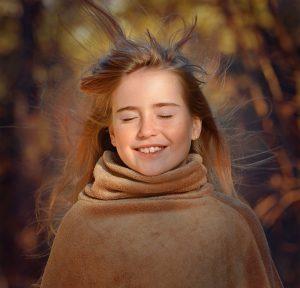 девочка на ветру